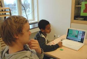 FÖRFLYTTNING. Samir och Emil studerar hur Felix flyttar gubbar framför kameran.