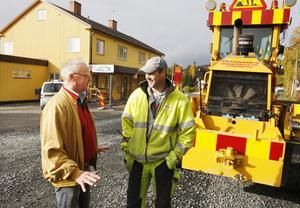 Karl-Åke Westerlund är före detta handlare i Valsjöbyn och han är överlycklig att asfalten har nått byn. Magnus Eriksson från Östersund har varit platschef för vägbygget.