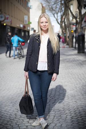 Jag tycker jag har en ganska normal stil. Har precis bytt vinterjackan mot vårjackan som jag har köpt på MQ. Tröjan har jag köpt när jag var på resa i Spanien. Jag har på mig det jag tycker är fint. Jag gillar färgerna svart och blått men nu när våren kommer så tycker jag om att klä mig i lite ljusare färger.    Martina Aronsson Dahlén, 16 år, Frösön