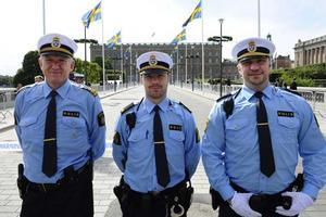 Poliserna Bengt, Johan och Dennis (efternamn okända) är några av de hundratals poliser som bevakar bröllopet och kortegevägen under lördagen.