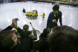 Anton Hall Eriksson såg till att dra igång publiken när Brobergsfansen kommit in i arenan.