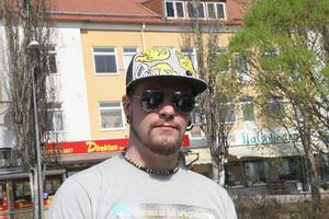 Henrik Åhs, 28, Färila– Nej, jag har rakad frisyr, det passar mig bäst.