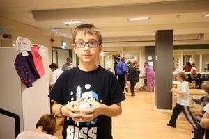 Max, 8 år, visade upp ljushållaren han tillverkat.
