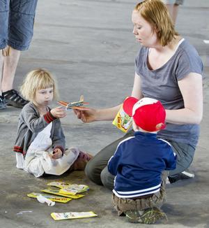 Modellbygge. Isabel Eriksson, 3 år, fick hjälp av Cecilia Åhlander att bygga ihop ett litet modelflygplan.