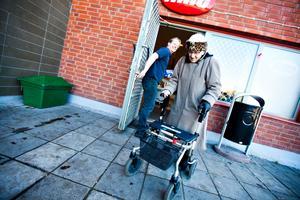 VARM KORV OCH STÄMNING. Tonen mellan Times ägare Joacim Erikzén och kunderna är lättsam och varm. Här hjälper Joacim en äldre kvinna med rollator vid entrédörren.