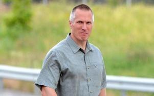 Foto: Conny Sillén/TT. Bland de sista kända bilderna på Mattias Flink togs när han var på väg tillbaka till fängelset efter förhandlingen om tidsbestämning av hans livstidsstraff 2010.