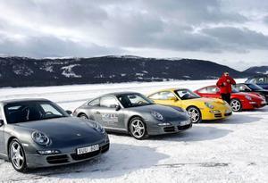 Företaget erbjuder testkörning på sjöns is med sportbilar.