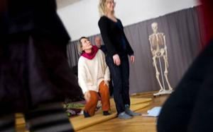 """""""Försök hitta  en rak linje från höftkulan ner i foten. Känn hur du hämtar kraft nerifrån golvet.""""Barbara visar på både levande och mindre levande modeller."""