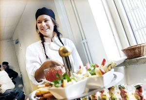 KLAR FÖR SERVERING. Andraårseleven Nora Kjellgren på livsmedelsprogrammet lägger sista handen vid sin dessert innan vagnen rullas in till väntande gäster i skolrestaurangen.