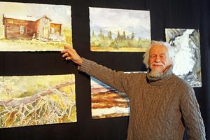 Kristian Talvik visar upp sina akvareller med motiv från trakten.