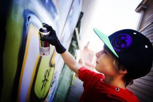 Sprayburkar och en vägg att måla så mycket man vill på, ja det gick verkligen hem hos Noel Mattson nio år.
