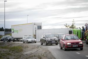 Lastbilen ligger delvis över ett körfält, men det går att ta sig förbi med hjälp av polisens direktioner.