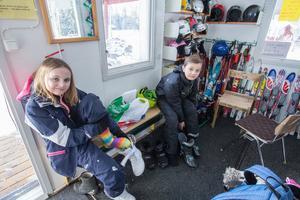 Alva Jansson och Sebastian Lindström gör sig redo för att tillbringa den sista dagen på sportlovet i skidbacken i Källfallet..