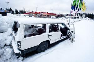 Den här Volvon har stått vid Lyviksbergets handelsområde en längre tid och nu har en läsare hört av sig till tidningen.