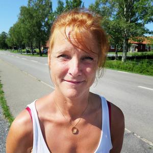 Lena Eriksson   – Jag tycker mest att det är när man har fönster och dörrar öppen som det kommer in väldigt mycket flugor.  Jag tycker att det är konstigt att det är så jättemycket, det är ju kossor men flugorna är så mycket upp i en, det är inge trevligt.