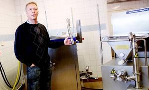 Kenneth Sundström berättar med stor entusiasm om hur glasstillverkningen ska gå till i Ås. Foto: Ida Hedin