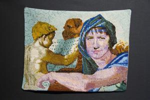 Thomas Engströms dotter och hund finns med i ett broderi som inspirerats av Michelangelos målning med sibyllan Delfica.