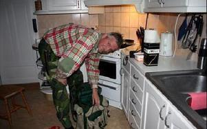 Byns Mats Larsson packar ryggsäcken med en veckas basföda.FOTO:LEIF OLSSON