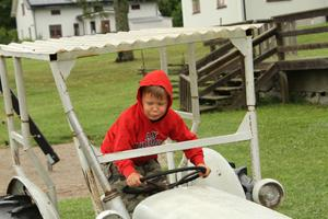 Här trivdes Melker, han vill nog köra traktor när han blir stor. Om det här var ett ljudfoto så skulle man också kunna höra hur traktorn låter.