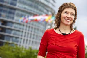 Malin Björk företräder V i Europaparlamentet