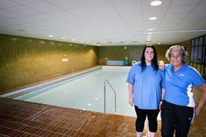 Kicki Bröms, Susanne Karlsson samt övrig personal i simhallen tar gärna emot fler barn till simskolan, för mellanbassängen är öppen precis som vanligt.