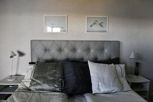 I sovrummet har Carina valt en ren stil i gråskala.