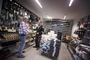 En hantverkare får hjälp i proffsbutiken. Kakelmässan finns även i Motala och Örebro.