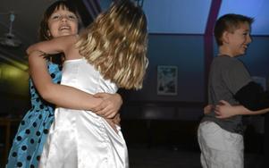 Dans roligast. Förskoleklasskompisarna Olivia Minunno och Vilma Claesson tycker att det roligaste med disko är att dansa.
