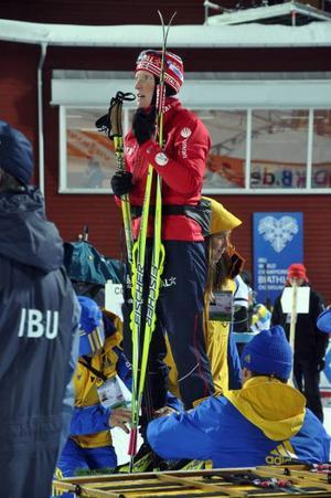 Norskan Tora Bergen väntar tålmodigt medan funktionärer fäster transponders vid hennes fötter.