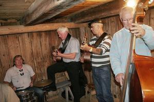 Gruppen, Gubbröra bjöd på sång och musik av bland annat Evert Taube och Dan Andersson på Ersk-Matsgården i Hassela. Cirka fyrtio personer dök upp för att äta och bli underhållna.