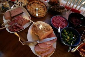 Julbordet ska dukas med mindre mängd mat och fyllas på enligt Yvonne Sellstedt.