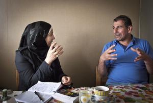 Fadhil Sajid berättar på arabiska om sitt liv, Zahra Hassan tolkar till svenska.