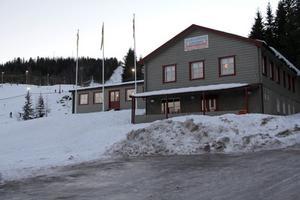 Edsbyns alpina driver själva campingen, som har sina servicelokaler i bottenvåningen av huset. Serveringen och köket ligger en trappa upp.