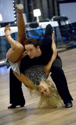 """upp och ned. Isabella """"Blondinbella"""" Löwengrip kastades runt av dansaren Jonathan Näslund."""