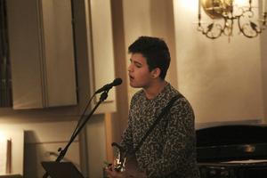 Nicolas Rengifo sjöng i kyrkan och ackompanjerade luciatåget.