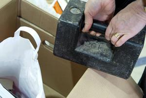 Alla flyttkartonger håller för att man ska kunna bära den maxvikt som står på kartongen. Men det är stora skillnader på hur mycket man kan stapla ovanpå lådorna innan de säckar ihop.  Foto: Anna Sigge