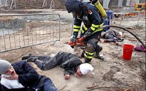 En första sanering, avspolning med vatten, för de skadade som fått frätande gas över sig. I verkligheten blir övningen mycket kall för dem som spelar skadade, elever på räddningsgymnasiet.Foto: JOHNNY FREDBORG