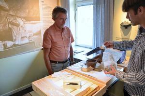 Johnny Olsson, ordförande för föreningen Industrilandskap i Bergslagen, och arkeologen Martin Edlund.