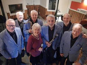 Visionsorkestern har en snittålder på 76,7 år. Här är i en kort paus alla samlade i replokalen, fr v Bo Andersson, Sven-Ivar Jonsson, Leif Bohlin, Anna-Sofia Persdotter, Rolf Dalesten, Lasse Forsberg och åldermannen Hans Söderberg.
