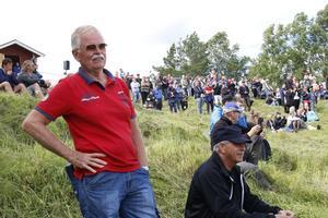 Leif Lundin är en av de många åskådare som sökt sig upp till Hedeberget för att se gräsklipparracet.