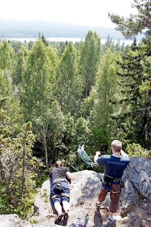 Christoffer Dahlberg och Jesper Norling sätter fast ett topprep med utsikt över Stor-gösken.