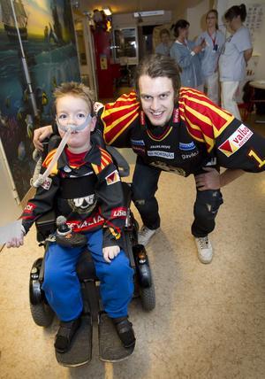 Åttaårige Jesper Ljungström är ofta på barnkliniken, men i går var orsaken till besöket betydligt roligare. Här fick han träffa målvakten Niklas Svedberg.