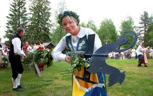 Cecilia Hedlund har sina rötter i Evertsberg, men växte upp i Idre. Då hon skulle välja folkdräkt blev det en Sverigedräkt.