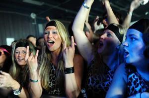 Arvingarna har en bred musikplattform. Dansbandsmusik, rock och schlagershower slåss om deras uppmärksamhet och i mitten av maj kommer bandet att inta konsertscenen.Det tummades inte på en ton och tempot i scenshowen smittade av sig ner över publiken som genom tryckvågen av närmare 1500 personer fick kropparna närmast scenen att ingå närkamp med kravallstaketet.