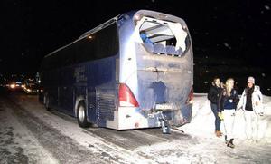 Bussen, som stod stilla och väntade på vänstersväng, knuffades framåt flera busslängder när den blev rammad av lastbilen.Foto: Elisabet Rydell-Janson