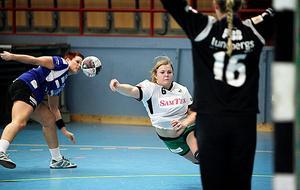 Handboll, IVH Västerås-Rimbo HK i Bombardier Arena i Västerås. Nr 6 i Rimbo, Ronya Harnebäck har tagit sig förbi Annika Bernesund Jonsson. Målvakten i IVH heter Martina Thörn.