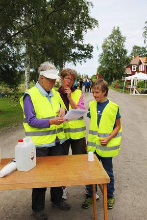 Det gällde att ha full koll på banorna för funktionärerna Eivor Söder, Eva-Carin Andersson och Arvid Persson.