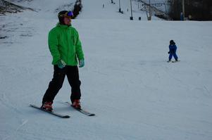Skidlärare Sebastian Yttergren hade fullt upp med alla elever i skidskolan som ville lära sig att åka slalom.