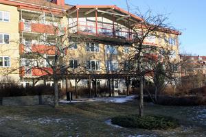 Karlslunds servicehus har cirka 100 lägenheter. Aroseken, som äger fastigheten, vill nu bygga ut med ytterligare cirka 100 lägenheter i ett vård- och omsorgsboende.