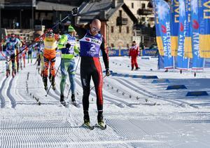 Tord Asle Gjerdalen höjer näven i en segergest efter att ha spurtat ned Ilja Tjernousov i La Sgambeda. Där bakom Petter Eliassen, Morten Eide Pedersen (skymd) och Bob Impola (i röda ringen).